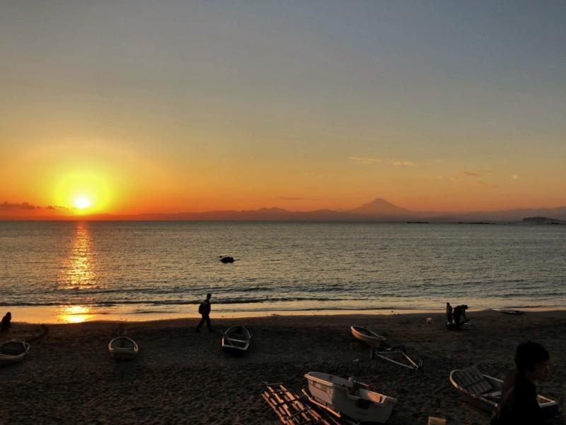 一色海岸からの夕日と富士山