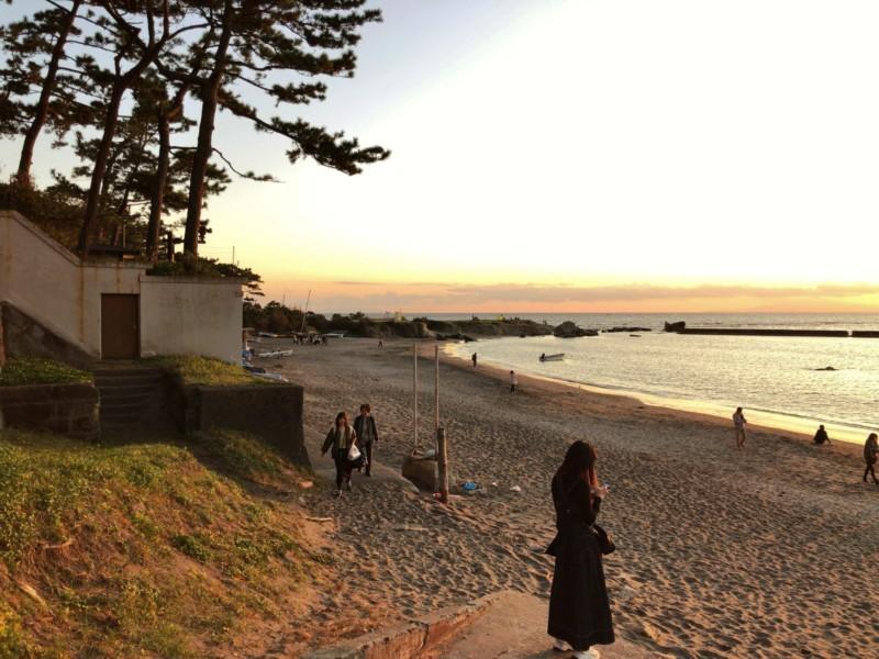 一色海岸と葉山御用邸の塀