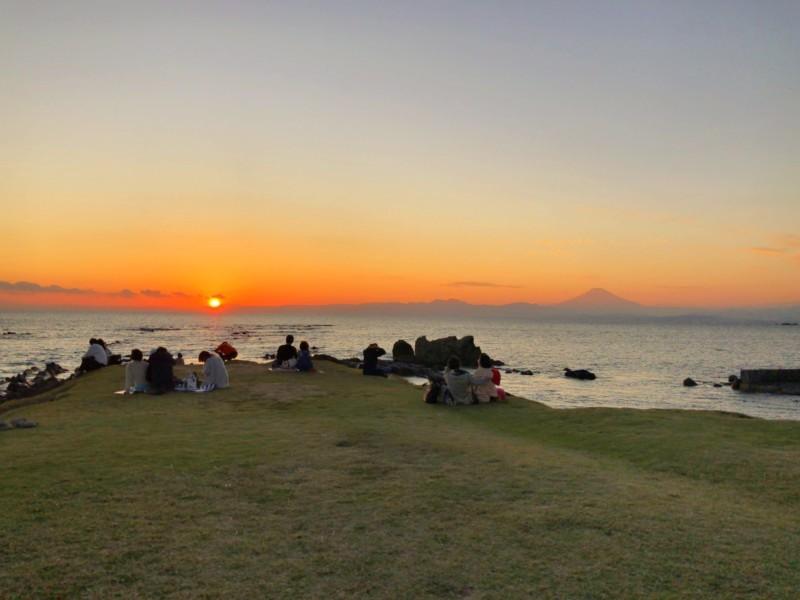 小磯の鼻から見た夕日と富士山