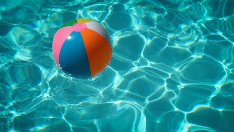 プールに浮かんだビーチボール
