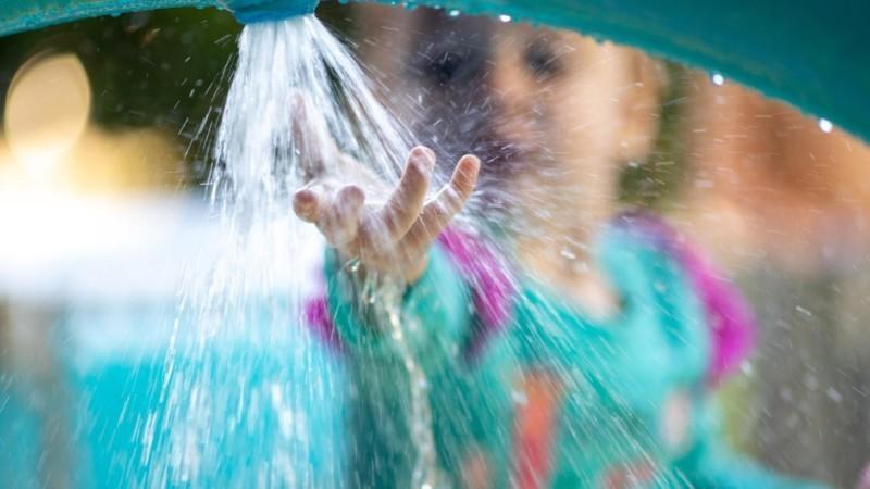 シャワーに手をのばす女の子
