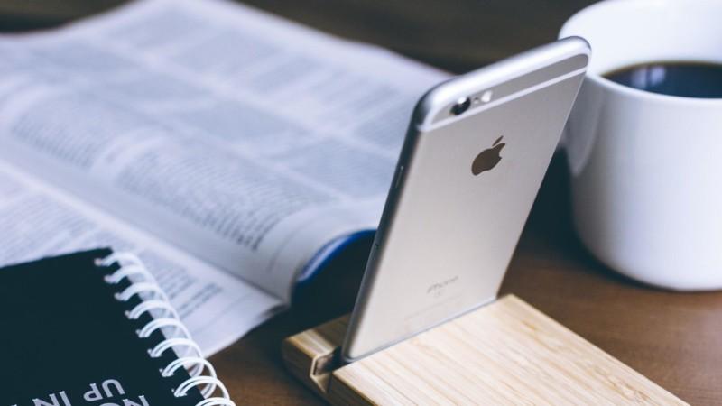 雑誌と立てられたiPhone