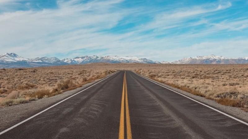 広大な土地に続く道路