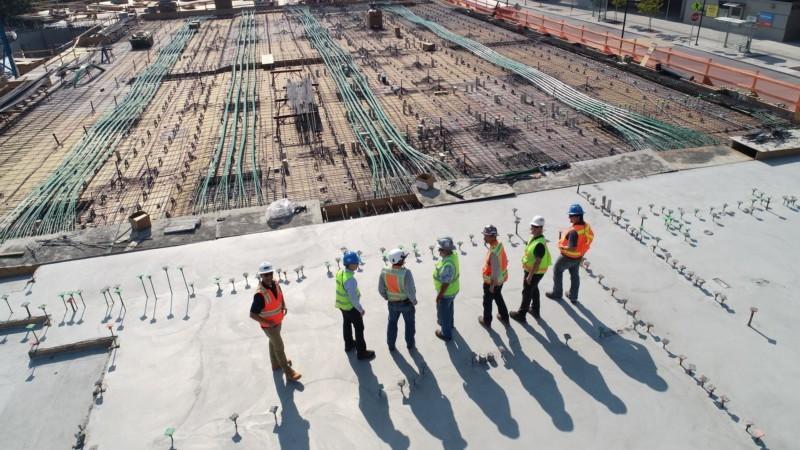 工事現場に立つ作業員たち