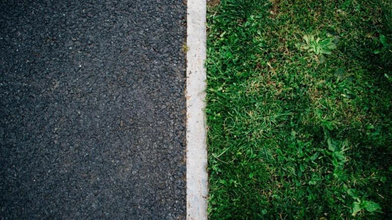 道路と所有地との境界線