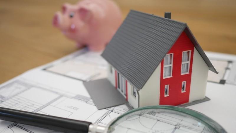 家の模型と豚の貯金箱