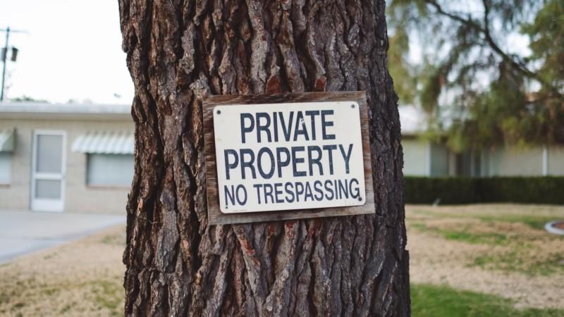 木につけられた注意書き