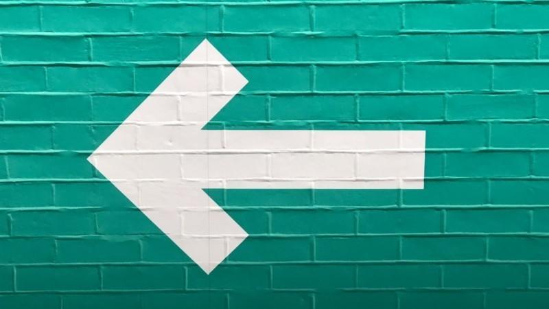 壁に描かれた矢印
