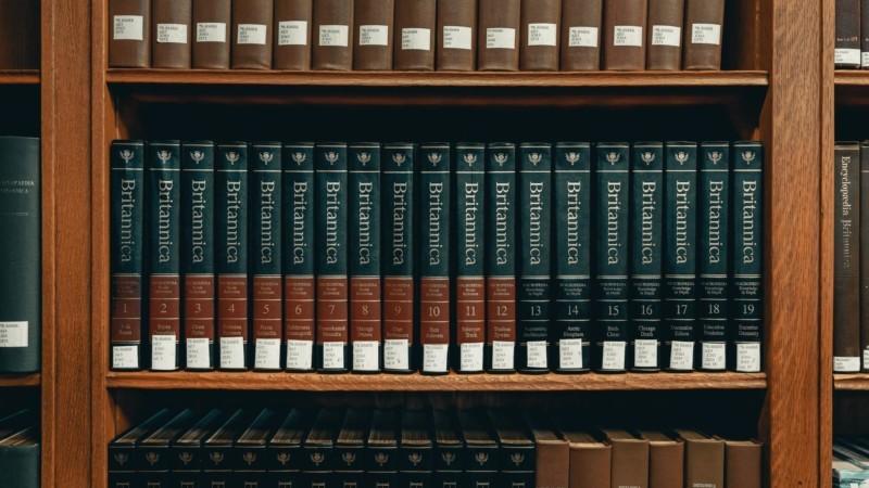 本棚にしまわれた百科事典