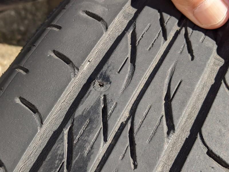釘が抜けたタイヤ
